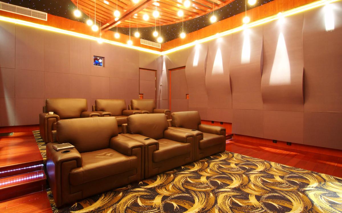 Домашний кинотеатр в цветах: оранжевый, бордовый, темно-коричневый, коричневый, бежевый. Домашний кинотеатр в стиле эклектика.