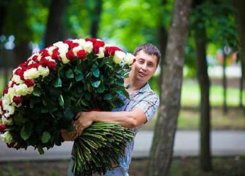 Как-то выруливая со двора, вижу такую картину: выскакивает парень, в руках охапка красных роз