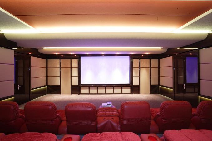Домашний кинотеатр в цветах: белый, бордовый, темно-коричневый, бежевый. Домашний кинотеатр в стиле эклектика.