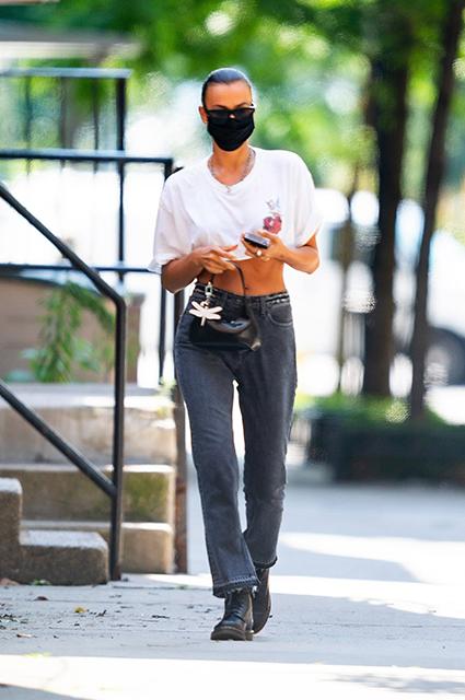 Уличный стиль знаменитости: Ирина Шейк в защитной маске и кроп-топе на прогулке в Нью-Йорке Звездный стиль