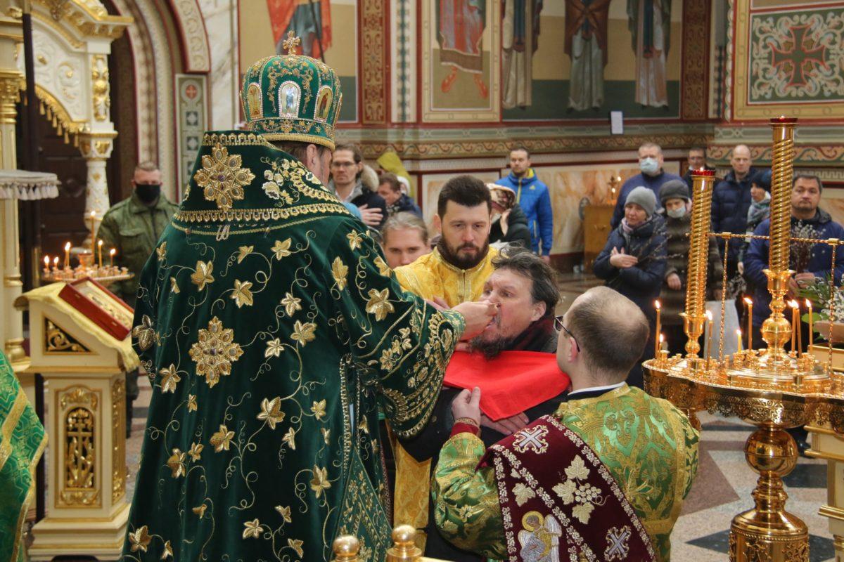 В Коми епархия сочла прихожан лицами, необходимыми для проведения богослужения, и провела воскресную службу, несмотря на запрет властей