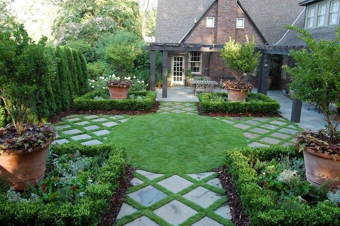 Для того, чтобы создать на участке цельную композицию важно тщательно подбирать растения для посадки.