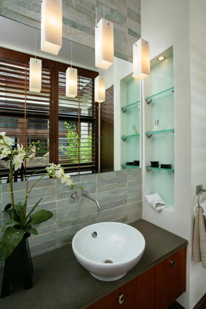 ниша возле умывальника в интерьере ванной