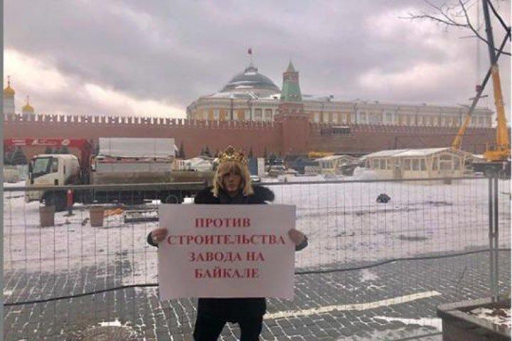 Шоумен Сергей Зверев провел пикет против строительства завода на Байкале