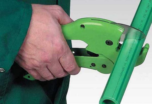 Как ровно нарезать ПВХ-трубу, если нет специального инструмента