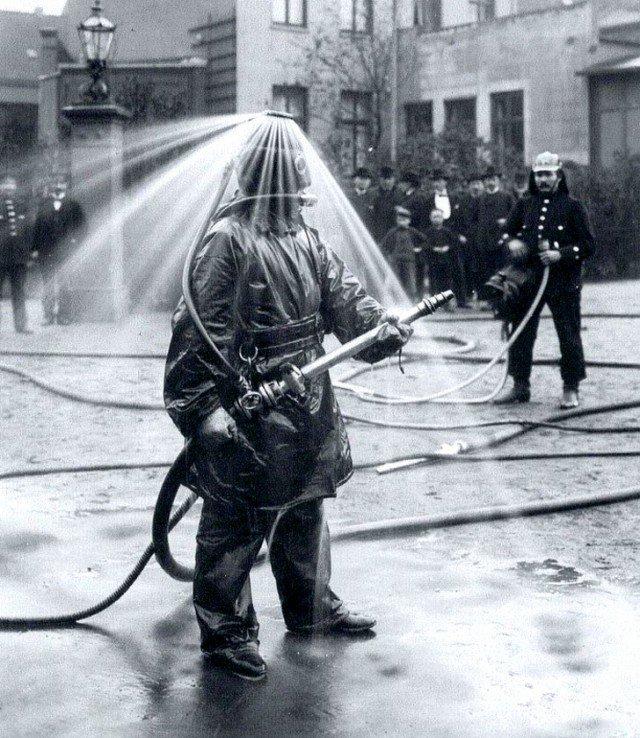 Публичная демонстрация пожарного шлема с водяным душем компании König. Германия, 1900-е годы история, ретро, фотографии