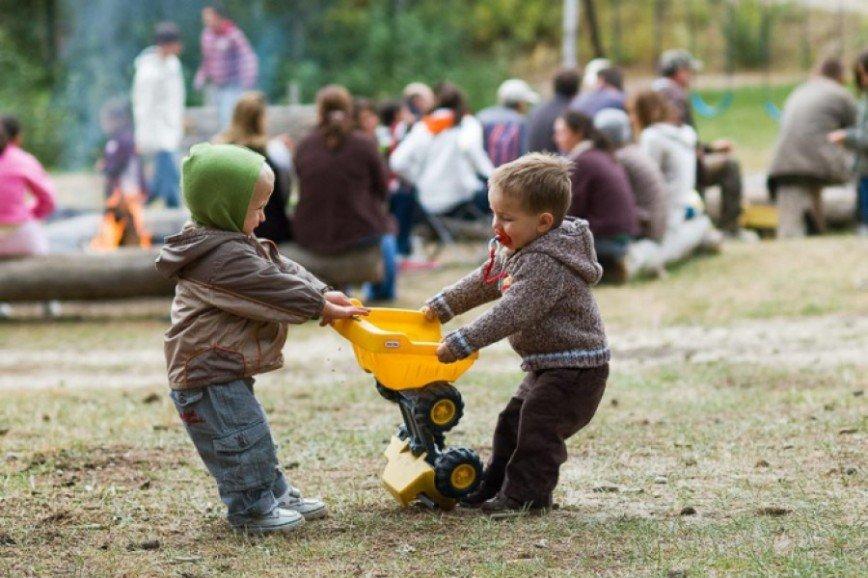 Коммунизм в песочнице: должен ли ребенок делиться своими игрушками с другими