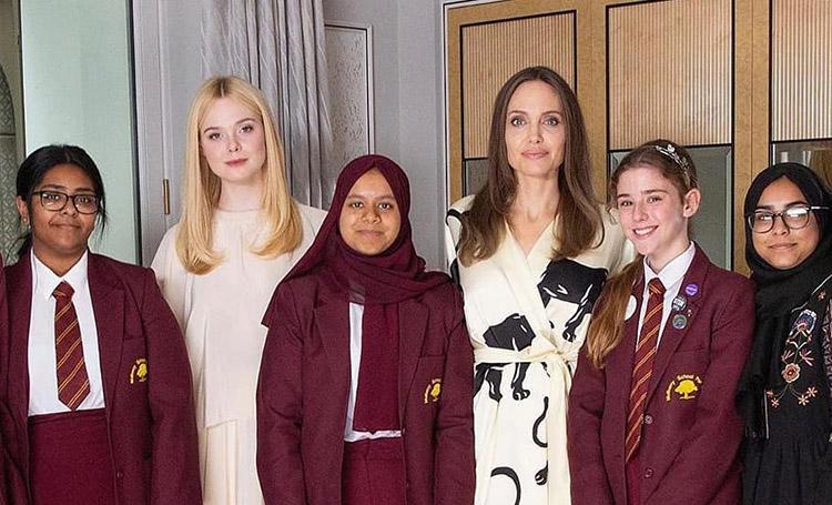 Анджелина Джоли и Эль Фаннинг отметили Международный день девочек с лондонскими школьницами