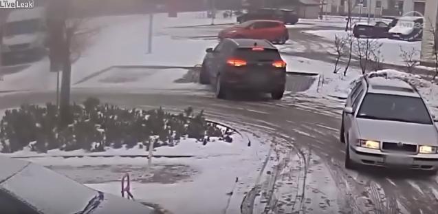 Автоледи выезжает с парковки