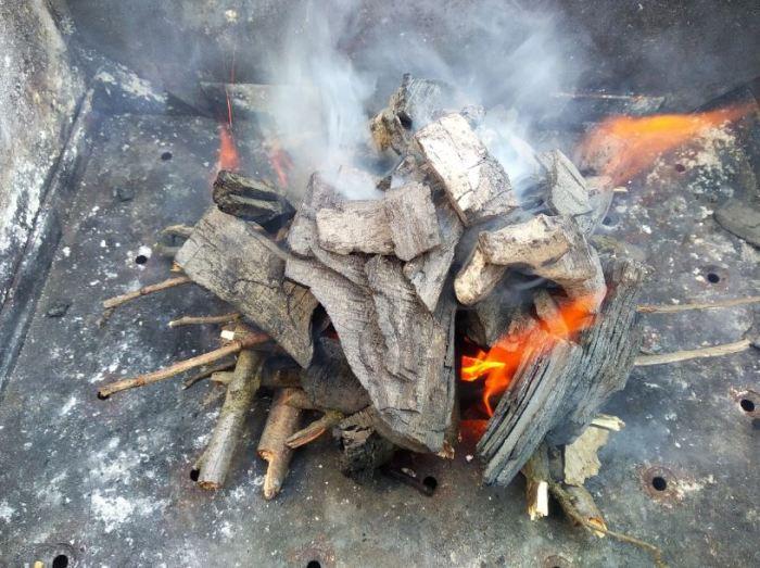 Простой метод розжига углей в мангале
