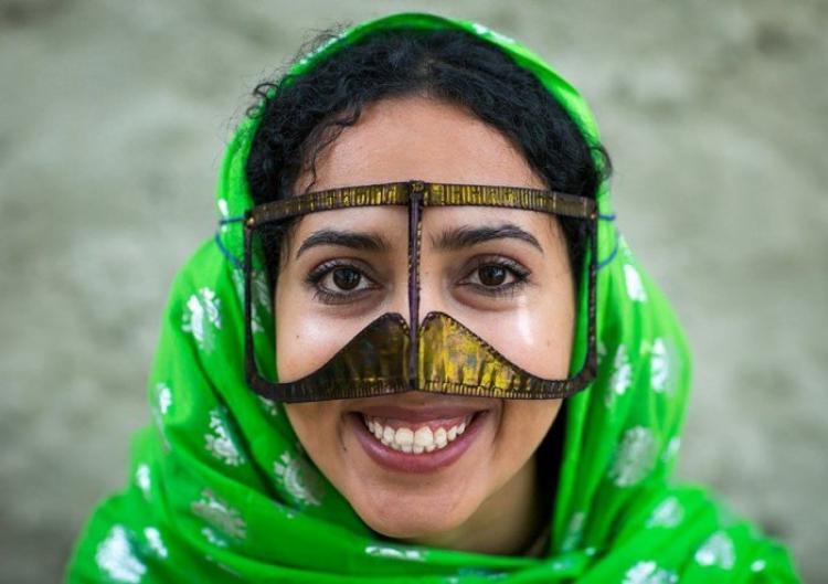 Бурка, рубанд, некаб-е: Для чего иранским женщинам усатые маски