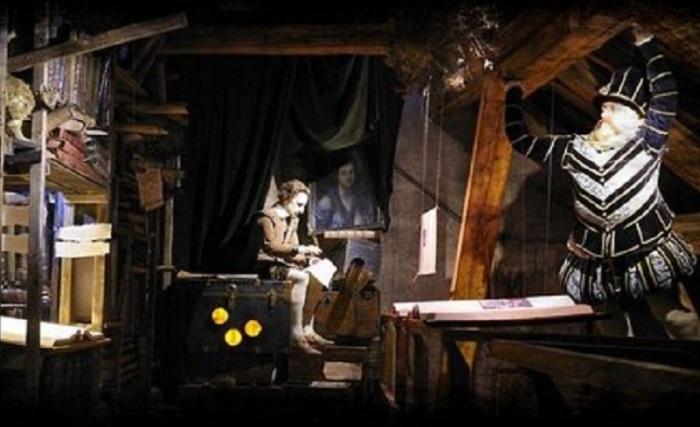 Интерактивный музей расположен в доме под названием «У осла в колыбели», где в прошлом проживал известный алхимик Эдвард Келли, здесь же была расположена его тайная лаборатория.