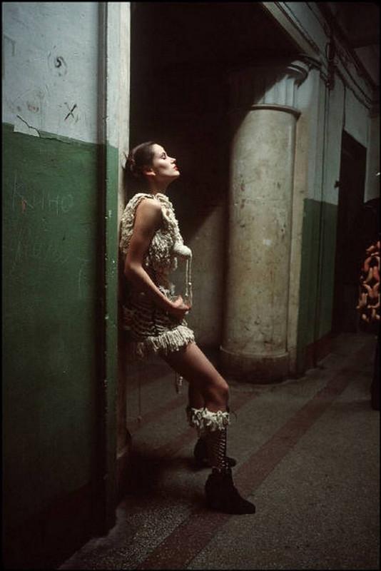 Отчаянные девяностые в объективе французского фотографа Лиз Сарфати
