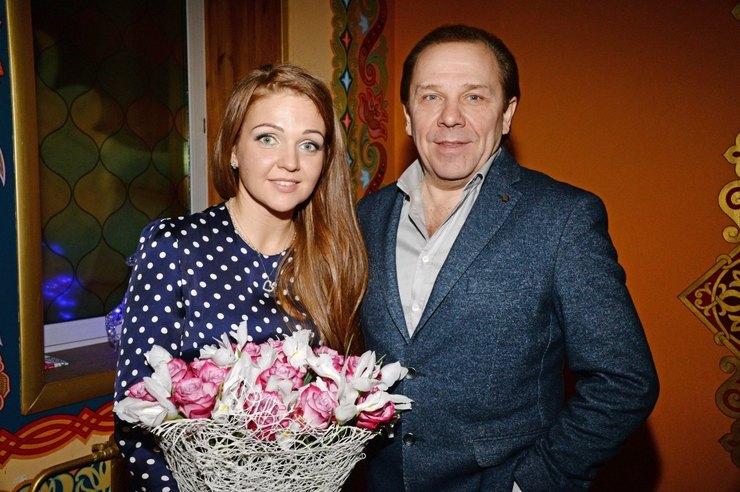 -Я спас много семей-: женатый пятый раз Владимир Девятов рассказал, как сохранить брак