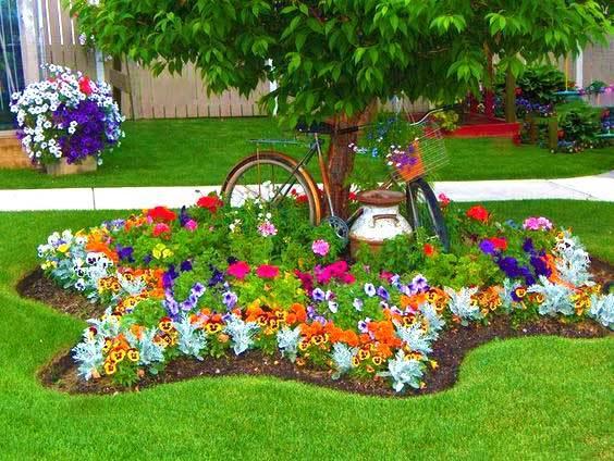Клумбы во дворе частного дома — свежие 25 фото идей - Огород, сад, балкон -  медиаплатформа МирТесен