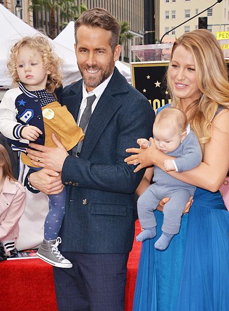 Блейк Лайвли и Райан Рейнольдс с дочерьми. Для 2-месячной Инес это было первое появление в свете