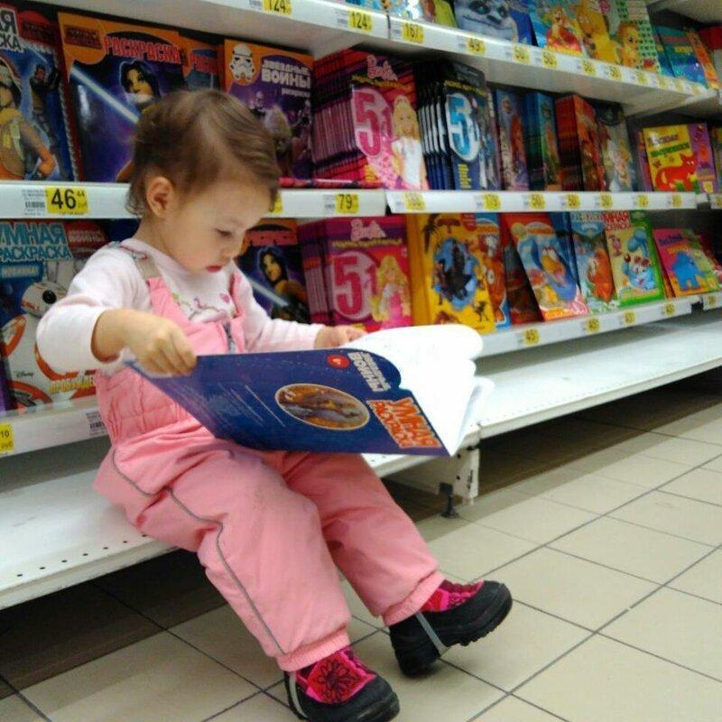 Удобно устроилась. Зачем покупать, если можно читать прямо в Ашане? баловство, в магазине, дети, подборка, прикол, юмор