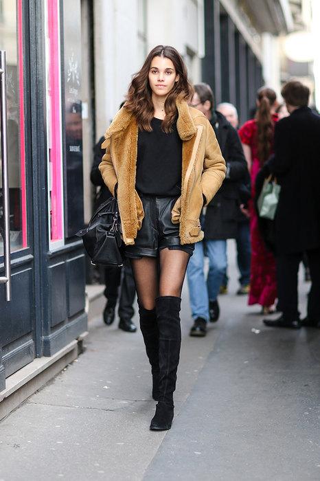 Кожаные шорты красиво смотрятся со светлой дубленкой иобъемной блузой темной расцветки.