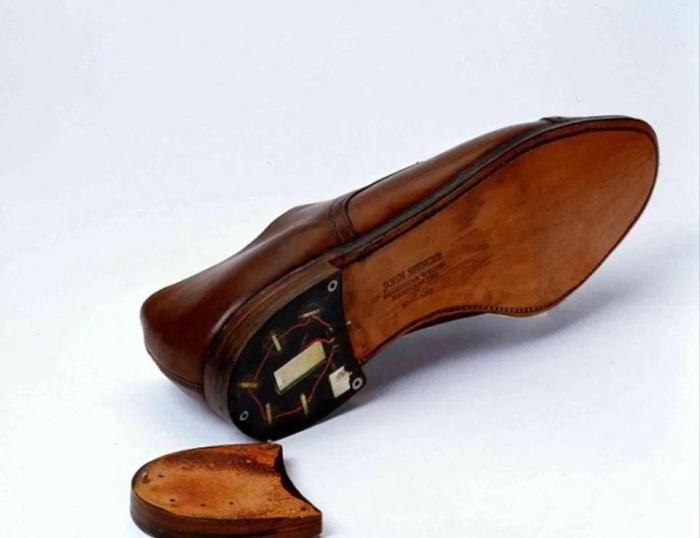 Встроенные в каблук батарея и микрофон превращали обувь в ходячую радиостанцию. /Фото: thesun.co.uk