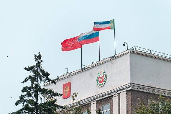 Все по закону: глава Хакасии отказался убрать красное знамя со здания своей администрации