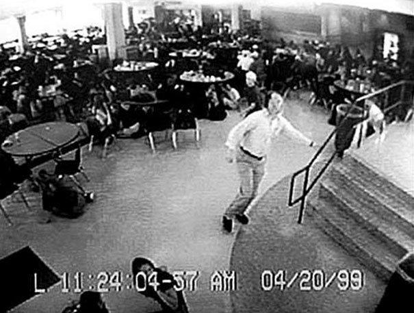 """6. Уильям """"Дэйв"""" Сандерс - учитель, который вывел более 100 студентов из кафетерия по время массового убийства в школе """"Колумбайн"""", 20 апреля 1999 г. Он получил две пули в грудь и не выжил жуткие моменты, за мгновение до, за секунду до, за секунду до смерти, катастрофы, печальные кадры, трагедии"""