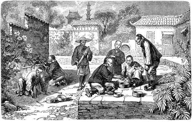 Китай 145 лет назад: бои сверчков, поливка улиц помоями и курение опиума