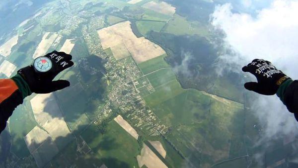 Если человек сильно боится прыгнуть с парашютом...