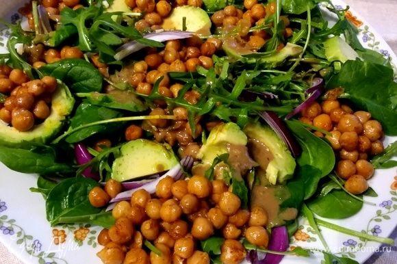Салат с запеченным нутом, авокадо и руколой кухни мира,салат