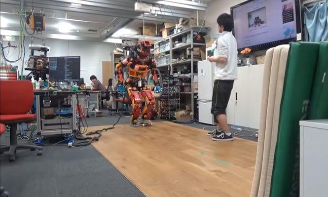 Японские инженеры научили робота кататься на роликах и скейте - видео