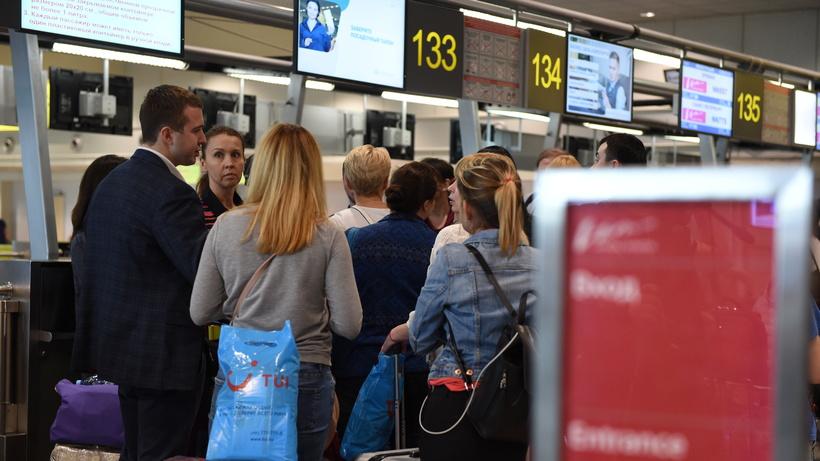 Почти 40 рейсов задержали и отменили в московских аэропортах утром в субботу
