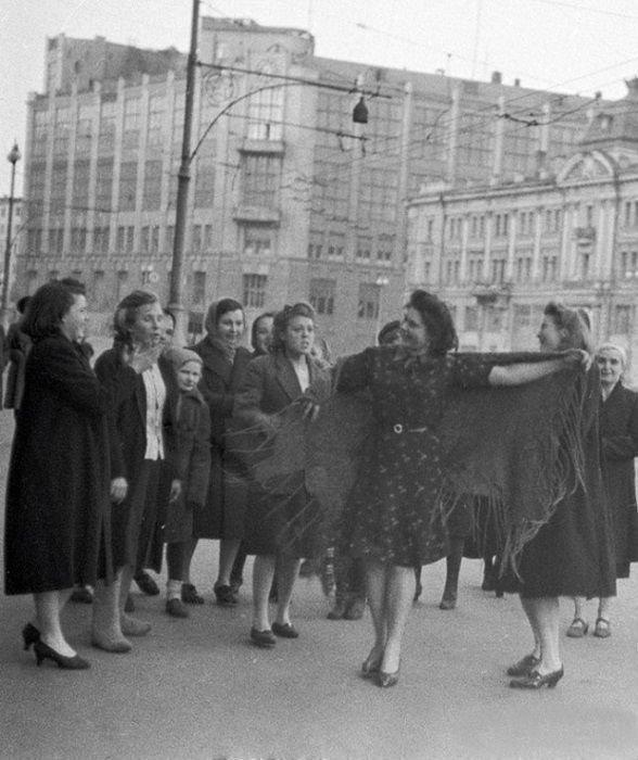 Женщины танцуют на улице Москвы в День Победы. 9 мая 1945 года. история, ретро, фотографии