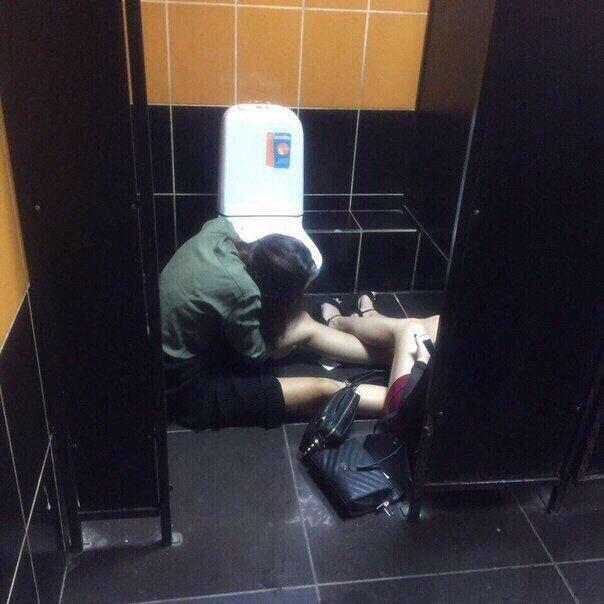 Теперь все ясно: почему девушки не могу ходить в туалет одни прикольные картинки