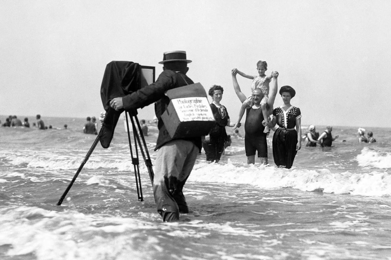 Фотограф снимает отдыхающих на пляже. Остенде, Бельгия, 1914 г. 100 лет назад, 20 век, архивные снимки, архивные фотографии, пляж, пляжный отдых, черно-белые фотографии, чёрно-белые фото