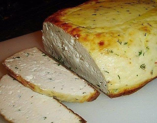 Домашний сыр с зеленью, запеченный в духовке