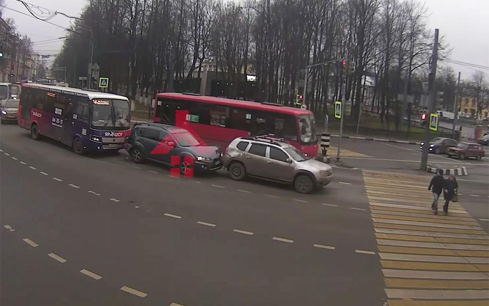 «Надо было давить»: ДТП на Красной площади обсуждают жители Ярославля