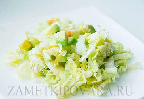 Салат из пекинской капусты с сельдереем, яблоком и авокадо