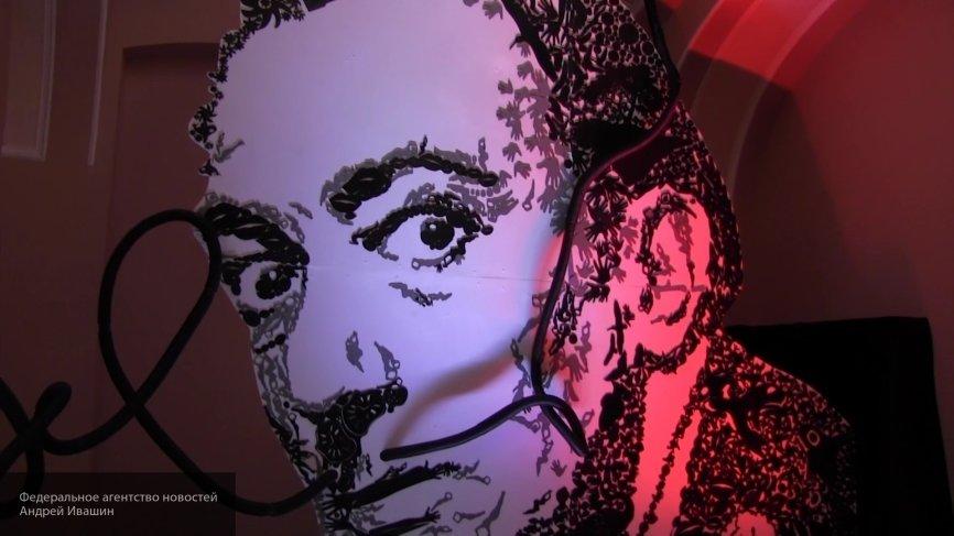 «Делали селфи»: повредивших картину Дали девушек ищут в Екатеринбурге