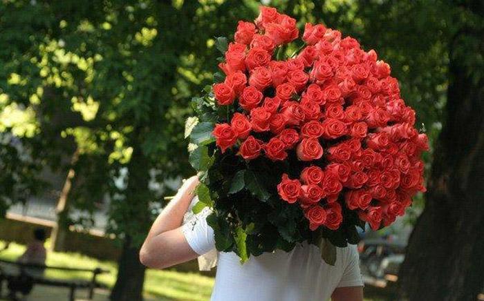 Огромный букет красных роз на День Святого Валентина - 14 февраля