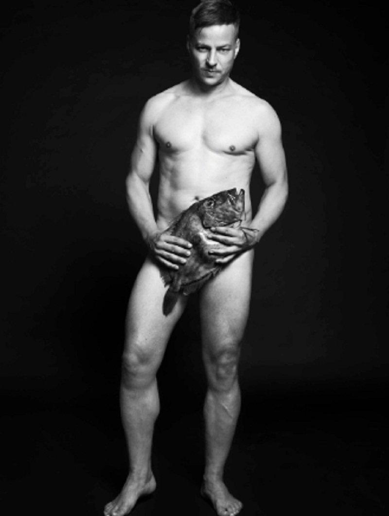Том Улашиха ynews, голые активисты, животные, знаменитости, интересное, рыбки, фото