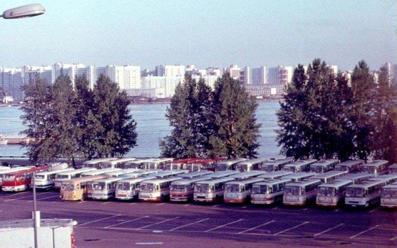Ведь были времена! Сейчас такой пейзаж кажется невероятной фантастикой. ЛАЗ, СССР, авто, автобус, автомобили, зил, лиаз, советский автопром