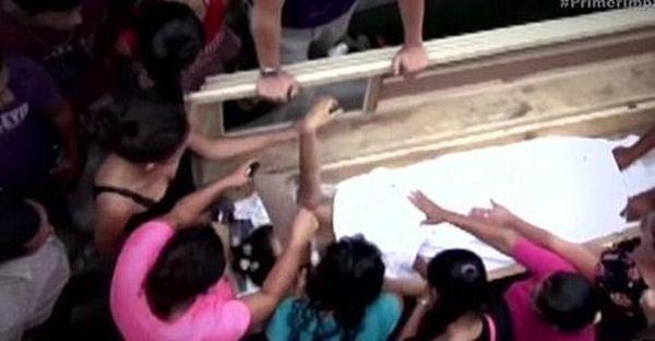 «Мертвая» беременная девочка-подросток просыпается внутри гроба и кричит от страха