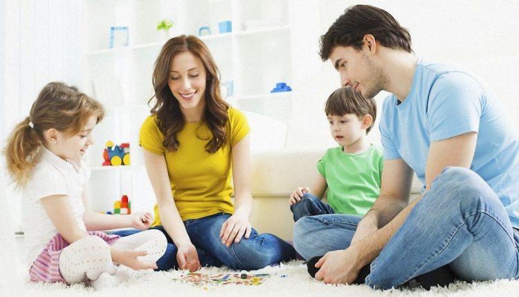 Родители играют с детьми дошкольниками