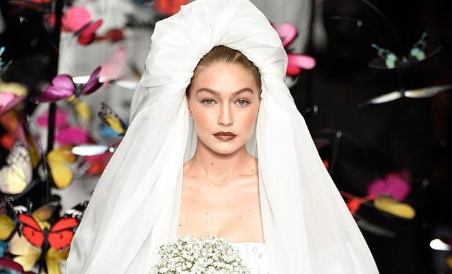 Как же тебе повезло: Джиджи Хадид в образе невесты на показе Moschino