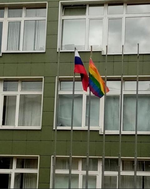 В Петербурге ученицы повесили перед школой ЛГБТ-флаг. Администрация обратилась в полицию
