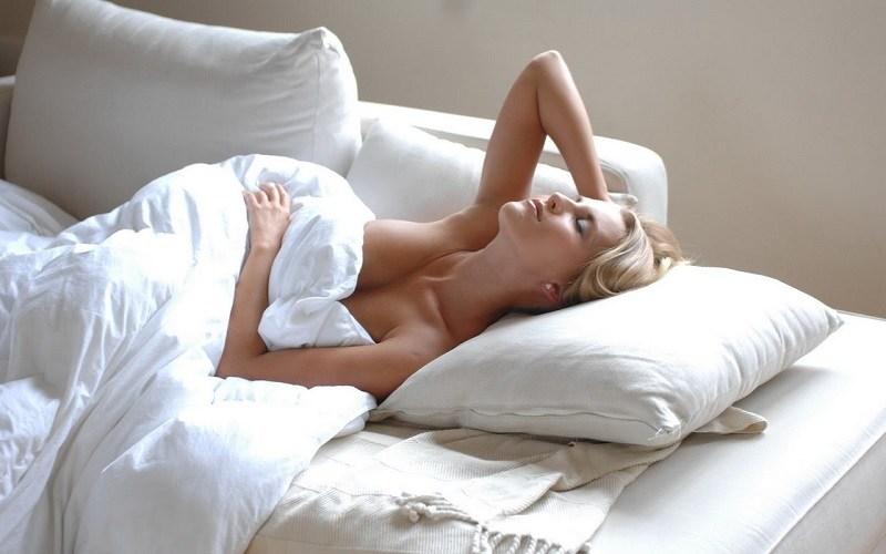 спать голым плюсы