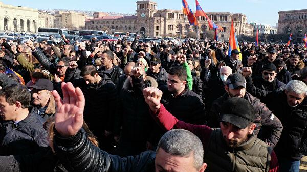 Противники Пашиняна начали второй за день митинг у парламента в Ереване