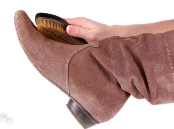 Как очистить от пятен замшевую обувь: 6 эффективных способов