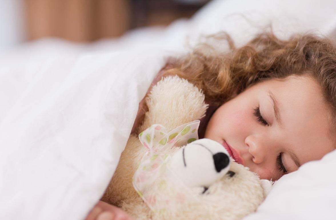 Среднее количество часов ночного сна новорожденного составляет но и этот показатель зависит от многих факторов: при совместном сне с мамой ребенок ча.