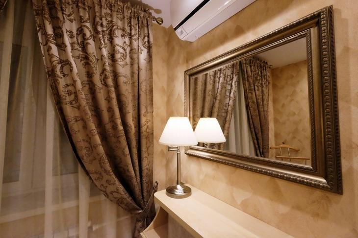 Зеркало и шторы