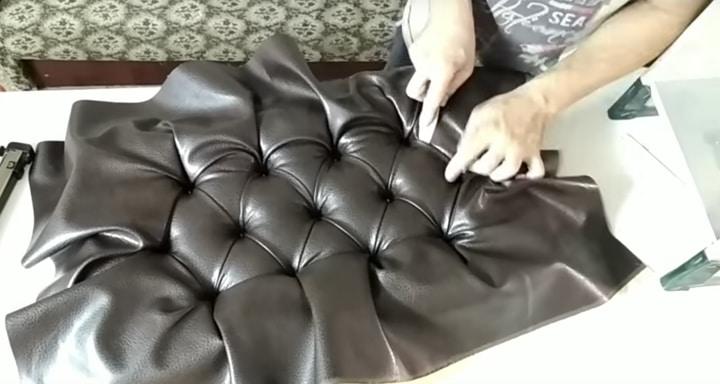 Мягкое сиденье с модной каретной стяжкой, которое украсит прихожую